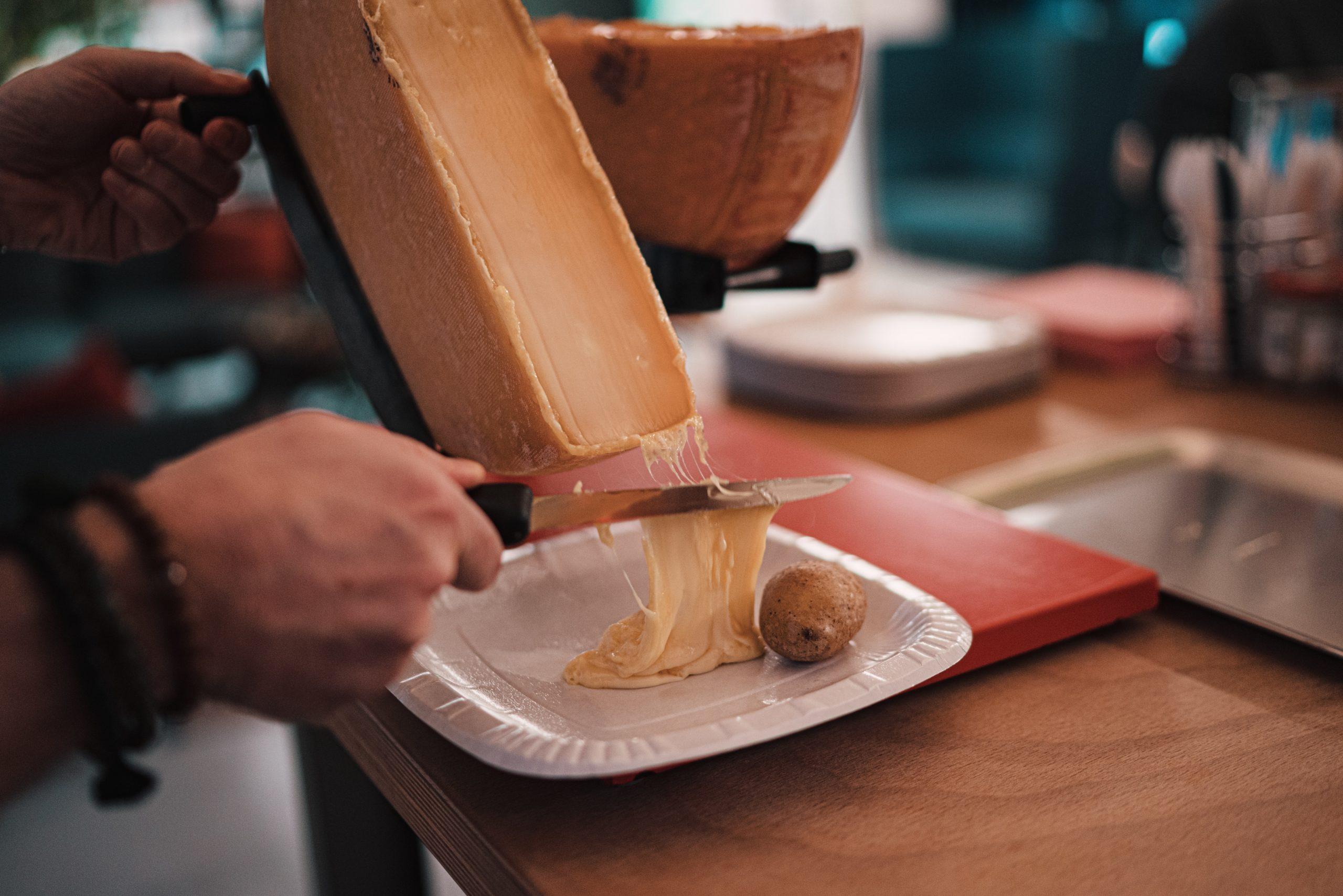 Quels (bons) fromages choisir pour la raclette ?
