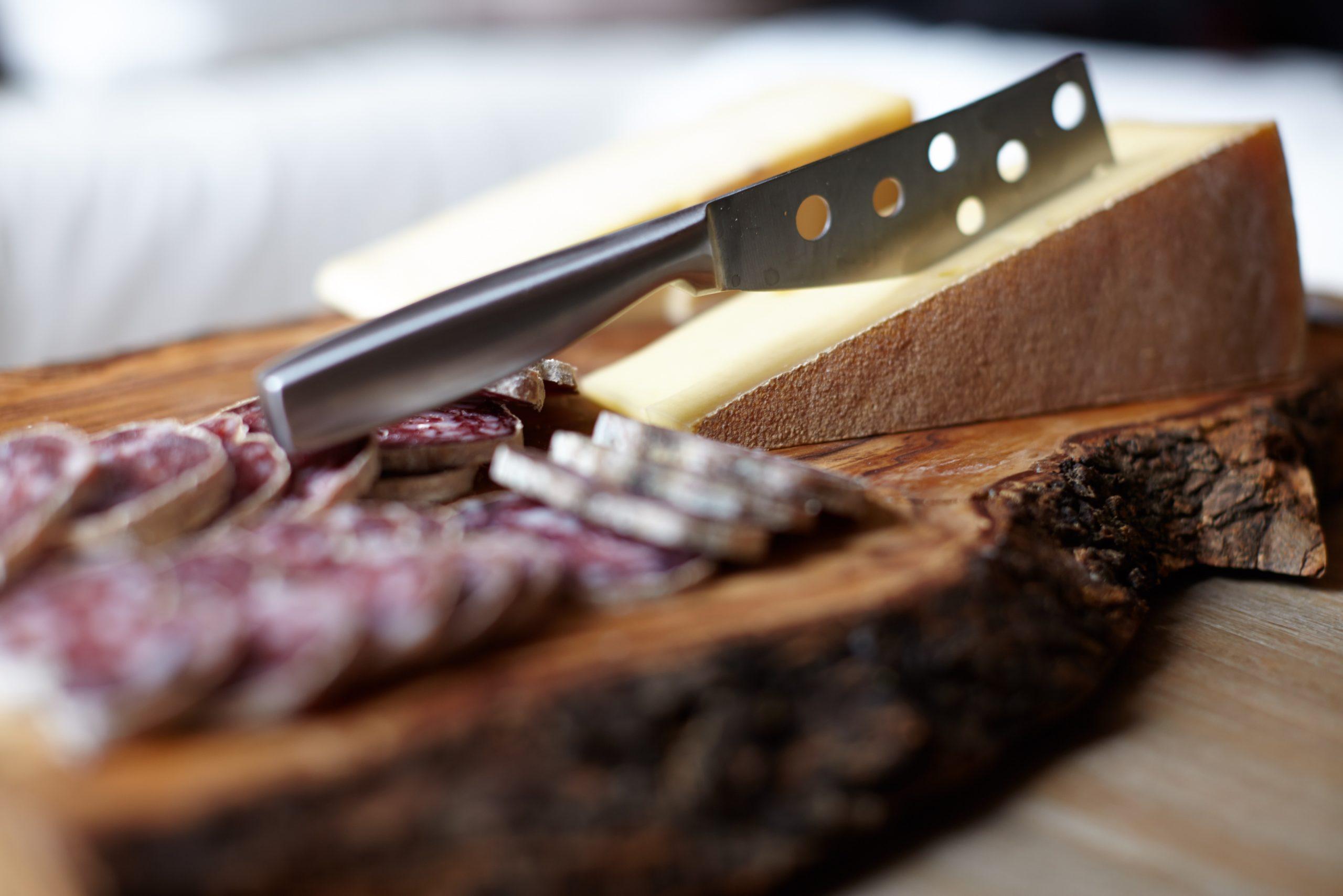 Pourquoi y-a-t-il des trous dans les couteaux à fromage ?